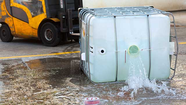 Flüssigkeitsbehälter ist umgekippt und läuft aus