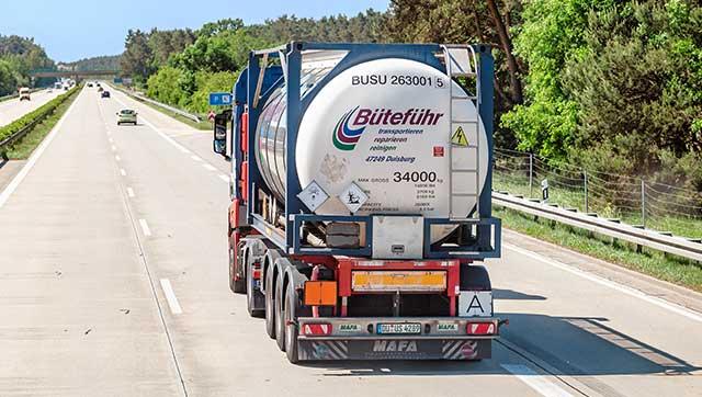 Gefahrgut-Lkw auf Autobahn