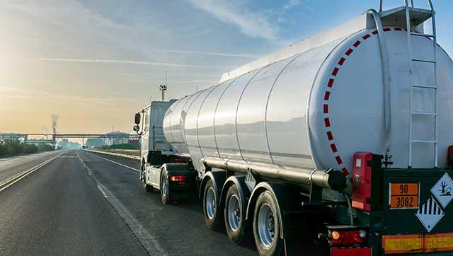 Lkw transportiert flüssiges Gefahrgut