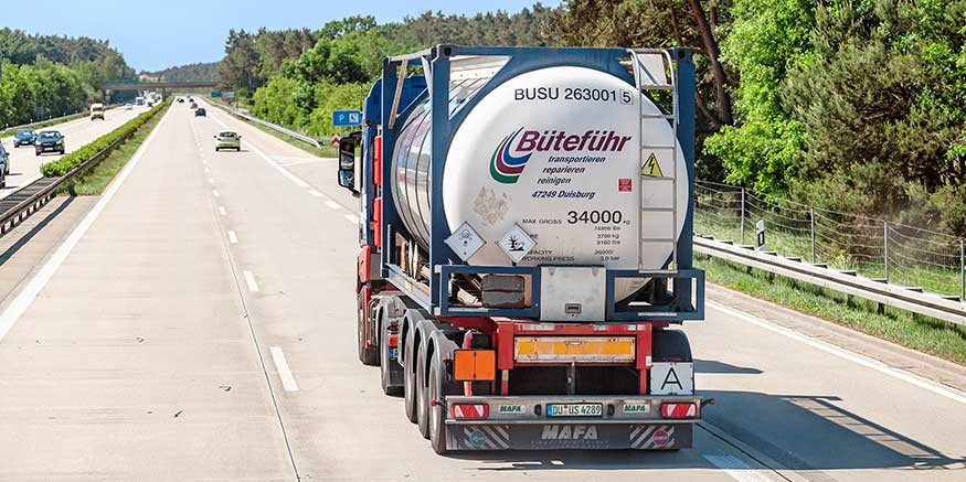 Gefahrgut-Lkw fährt auf Autobahn