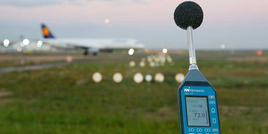 Messung von Flugzeuglärm mit einem Schallpegelmessgerät