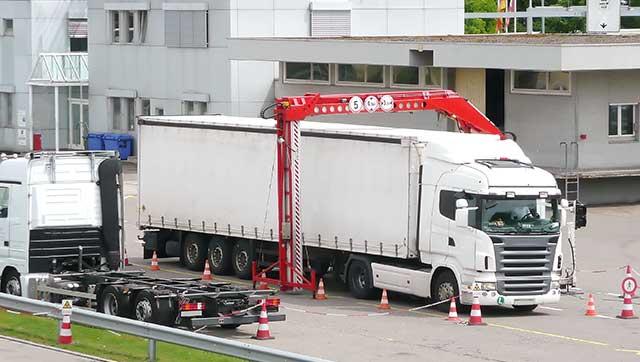 Lkw wird mittels Röntgenstrahlung durchleuchtet