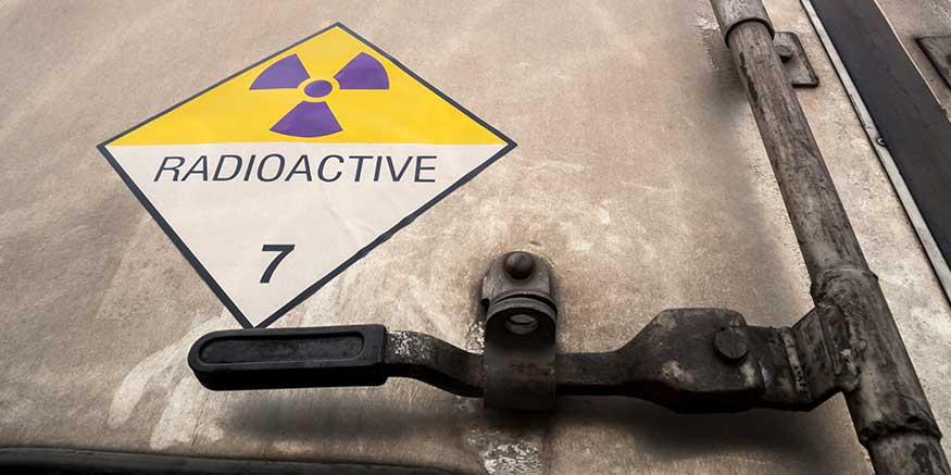 Warnschild vor Radioaktivität auf einem Lkw