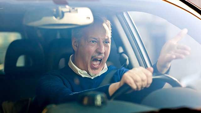 Wütend gestikulierender Fahrer